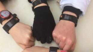 """As pulseiras de """"identidade médica"""" da empresa ID Vie, que trazem informações essenciais sobre a saúde dos pacientes."""