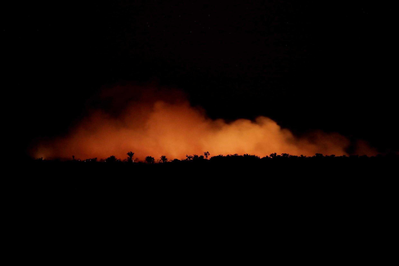 Une vue de la forêt amazonienne en train de brûler le 17 août 2019 dans l'État d'Amazonas au Brésil.
