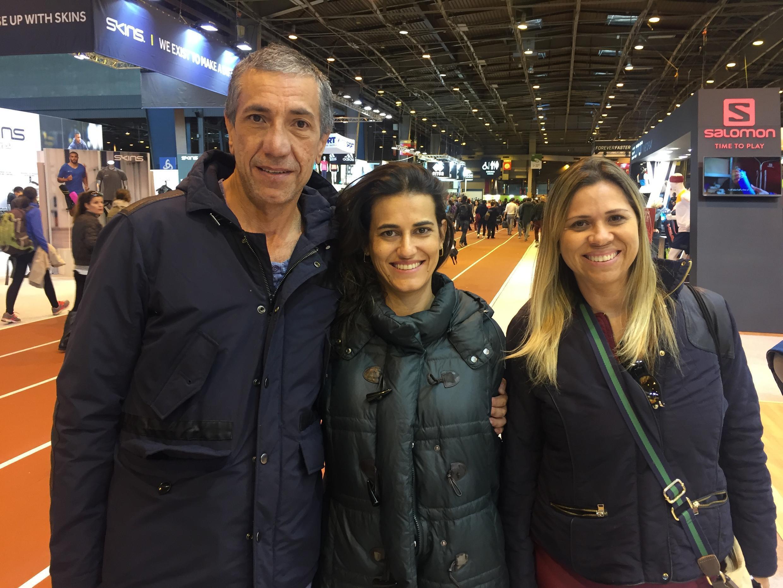 Carlos Teixeira, Alemir Sanches (centro) e Claudia Hauly, de Londrina (PR), que vão correr pela primeira vez a Maratona de Paris. .