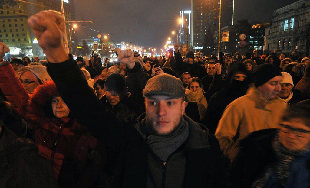 Une centaine de personnes se rassemblent dans le centre de Sarajevo le 25 décembre 2018 en soutien aux protestants du nord-ouest de Banja Luka.