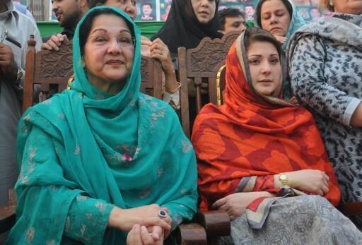 Kulsoom Nawaz (g) remplace son époux Nawaz Sharif à la tête du gouvernement. Mais hospitalisée pour un cancer, c'est sa fille Maryam Nawaz (d) qui a fait campagne à sa place.