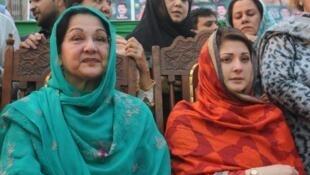 Kulsoom Nawaz (g) est favorite pour remplacer son époux Nawaz Sharif à la tête du gouvernement. Mais hospitalisée pour un cancer, c'est sa fille Maryam Nawaz (d) qui a fait campagne à sa place. (Photo de 2013).