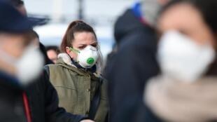 در پی افزایش سرعت انتقال ویروس کرونا در برخی از مناطق فرانسه، مقامات بهداشتی این کشور اعلام کردهاند که استفاده از ماسک از روز دوشنبه ۳۰ تیر/ ۲۰ ژوئیه در اماکن بسته و عمومی اجباری خواهد شد