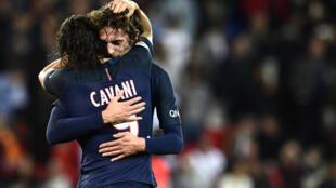 Edison Cavani a abraçar Adrien Rabiot no jogo PSG-Dijon, 19 de Setembro de 2016.