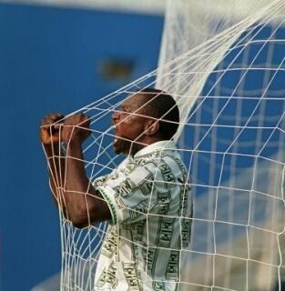 Rashidi Yekini lokacin a cikin ragar Bulgeria bayan zira kwallon shi ta farko a gasar cin kofin Duniya da aka gudanar a kasar Amurka a shekarar 1994