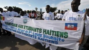 Le Sénégal a décidé d'accueillir sur son sol, 160 étudiants haïtiens, à l'aéroport de Dakar, le 13 octobre 2010.