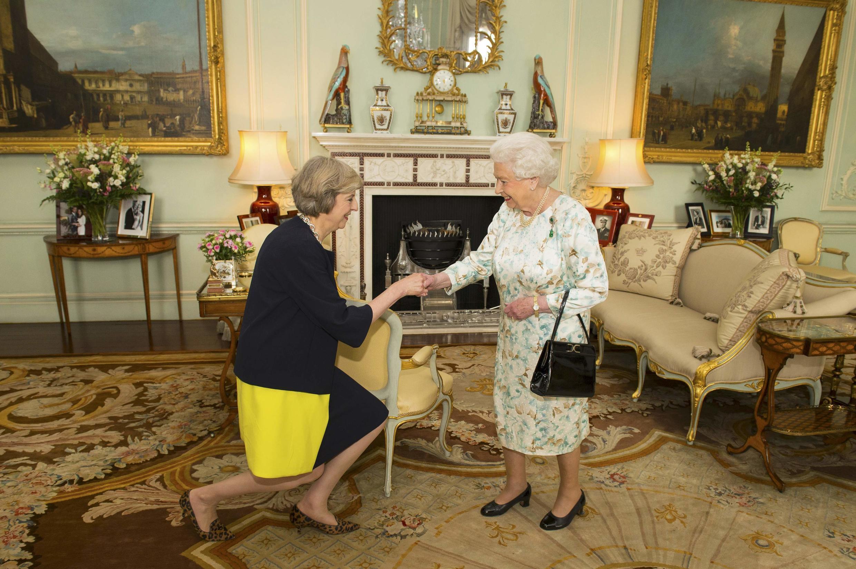 La reine Elizabeth II accueille Theresa May à Buckingham Palace, peu avant de la nommer officiellement à la tête du gouvernement.