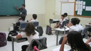 Professores brasileiros trabalham em várias escolas para compensar os baixos salários.