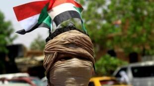 Un manifestant de l'opposition à Khartoum, en mai 2019. Le pays est toujours en quête de stabilité (image d'illustration).