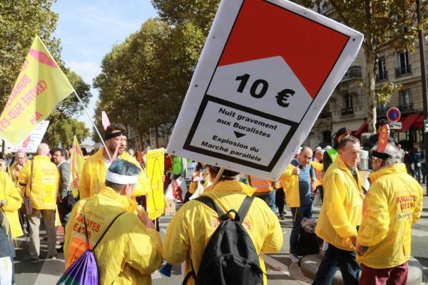Табачные торговцы протестуют в Париже против анонсированного правительством повышения  к концу 2020 г. минимальной цены пачки до 10 евро. 04.11.2017