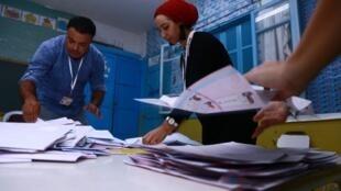 Des bénévoles dépouillent les bulletins vote à un bureau de Sousse, le 15 septembre 2019.
