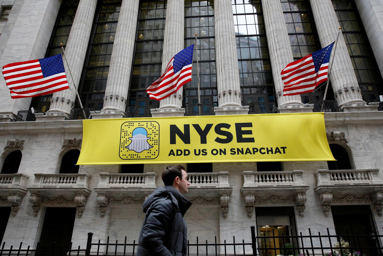 Một biểu ngữ của Snapchat đính trên tường trụ sở thị trường tài chính New York, Hoa Kỳ, ngày 23/01/2017
