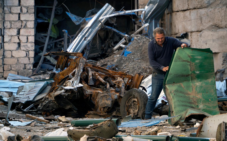 Un homme dans sa maison détruite par une frappe de l'artillerie azerbaïdjanaise à Stepanakert, dans le Haut-Karabakh, le 13 octobre 2020.