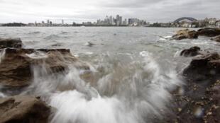 Les vagues déferlent sur le port de Sydney, le 27 octobre 2009.