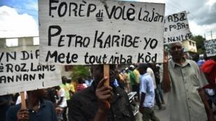Manifestation anti-gouvernementale à Port-au-Prince, le 18 novembre 2017, après un rapport sénatorial critiquant la gestion du fonds Petrocaribe entre 2008 et 2016.