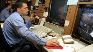 Un opérateur surveille le trafic maritime sur ses écrans de contrôle, à la pointe de Corsen, au nord de Brest (Centre Régional Opérationnel de  Surveillance et de Sauvetage).
