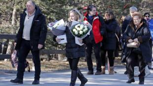 Les familles des victimes du crash de l'avion de la Germanwings arrivent les bras chargés de fleurs pour l'hommage aux 150 victimes de l'accident, le 24 mars 2015.
