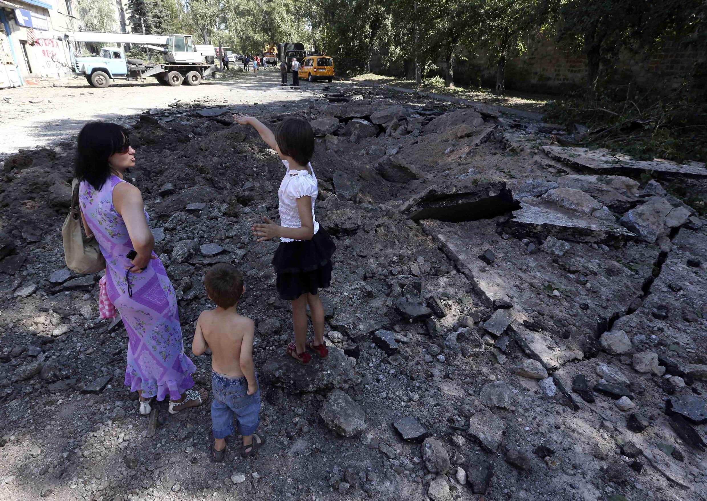 Hố bom tại Donetsk sau trận không kích. Ảnh ngày 06/08/2014.