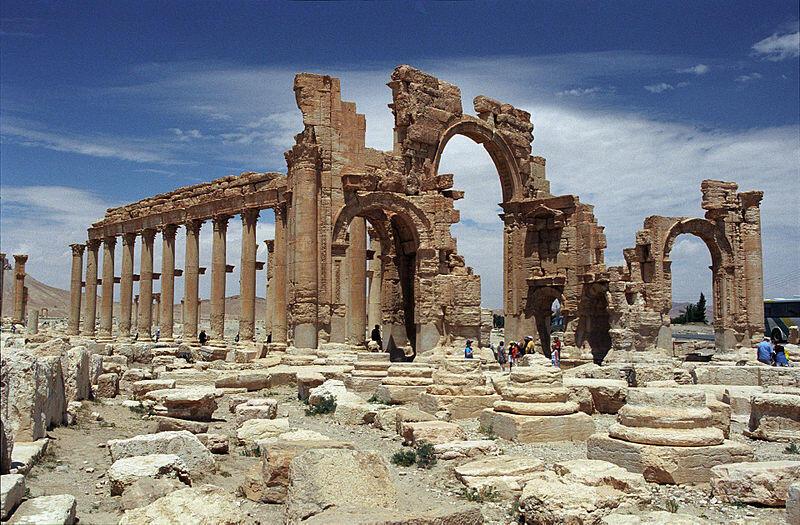 敘利亞帕爾米拉古城著名的凱旋門景象。敘利亞古跡與博物館董事會負責人表示,該凱旋門已經被伊斯蘭國武裝摧毀。