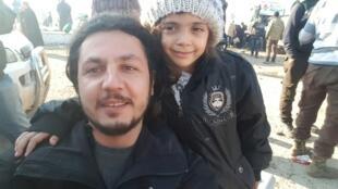 A menina Bana al-Abed, que ficou famosa graças ao Twitter, ao lado de um funcionário da ONG IHH