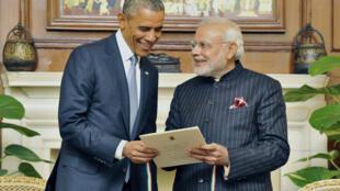Thủ tướng Ấn Độ Narendra Modi (T) tặng quà lưu niệm Tổng thống Mỹ Barack Obama, New Dehli, 25/01/2015