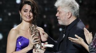 La actriz española Penélope Cruz fue homenajeada con el César de Honor por su carrera cinematográfica. París, 2 de marzo de 2018.