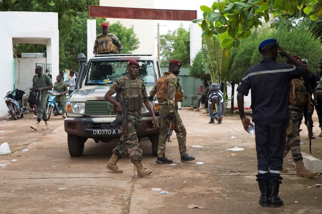 Des militaires malilens dans le camp de Kati, où sont retenus la plupart des hauts responsables.