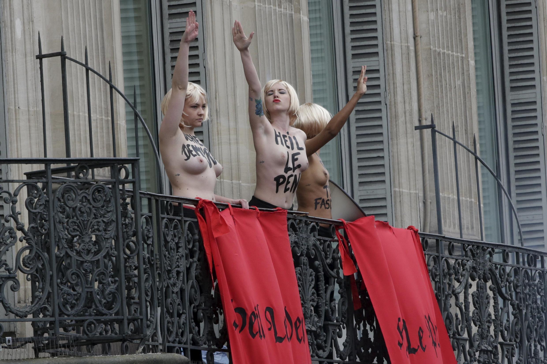 """سه عضو """"فمن"""" که روز جمعه در اعتراض به راهپیمائی """"جبهۀ ملی"""" برهنه شعارهای حزب نازی را بازتولید کردند"""