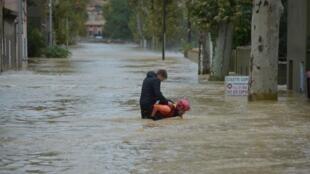 یک امدادگر آتش نشانی به کمک کودکی که برای خروج خود از جریان شدید آب تلاش میکند، شتافته است. تِرِب - ١۵ اکتبر