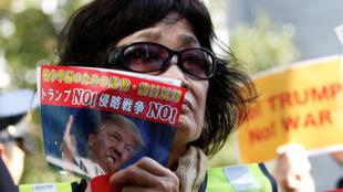 Manifestants anti-Trump devant l'ambassade américaine à Tokyo, le 3 novembre 2017.