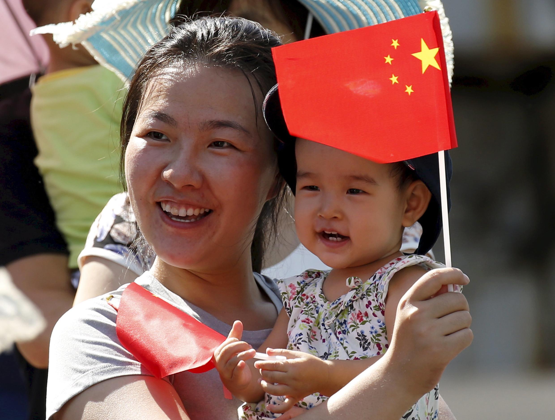 Женщина с ребенком на параде, посвященному 70-летию окончания Второй мировой войны, Пекин, 3 сентября 2015 г.