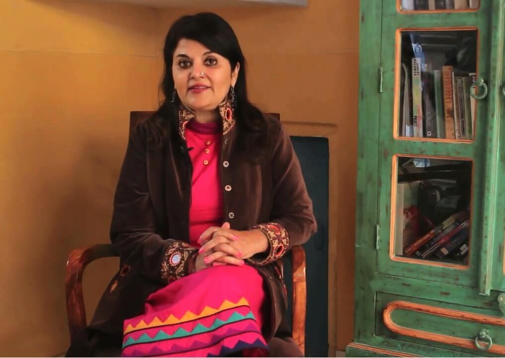 Журналистка и писательница из Индии Кишвар Десаи в своих детективных романах встает на защиту женщин.