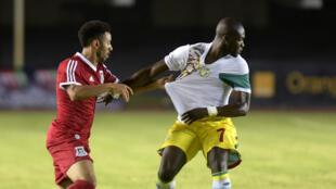 Le Sénégalais Moussa Sow, retenu par l'Equato-Guinéen Ruben Belima.