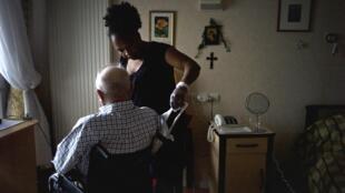 Les professionnels des services d'aide à la personnes souffrent d'un manque de moyens.