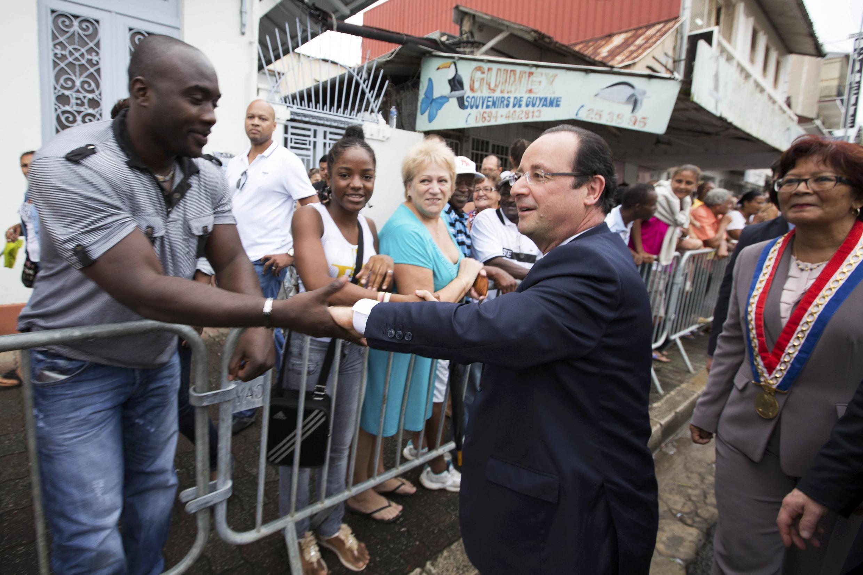 Presidente francês foi ao encontro da população em Caiena.