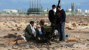 Les combattants rebelles prennent position près du port pétrolier à Ras Lanouf, le 7 mars 2011.