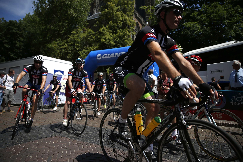 Des cyclistes amateurs empruntent le parcours que suivra le Tour de France, qui démarre à Utrecht, au Pays-Bas, ce samedi 4 juillet.
