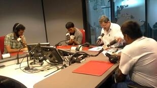 Miembros de la eurocaravana de Ayotzinapa en los estudios de RFI, en compañía de Braulio Moro.