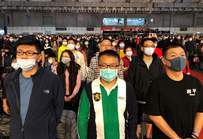 Ảnh minh họa : Người Đài Loan đeo khẩu trang phòng ngừa lây nhiễm.