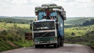 Un camion lourdement chargé sur une route en RDC (image d'illustration).