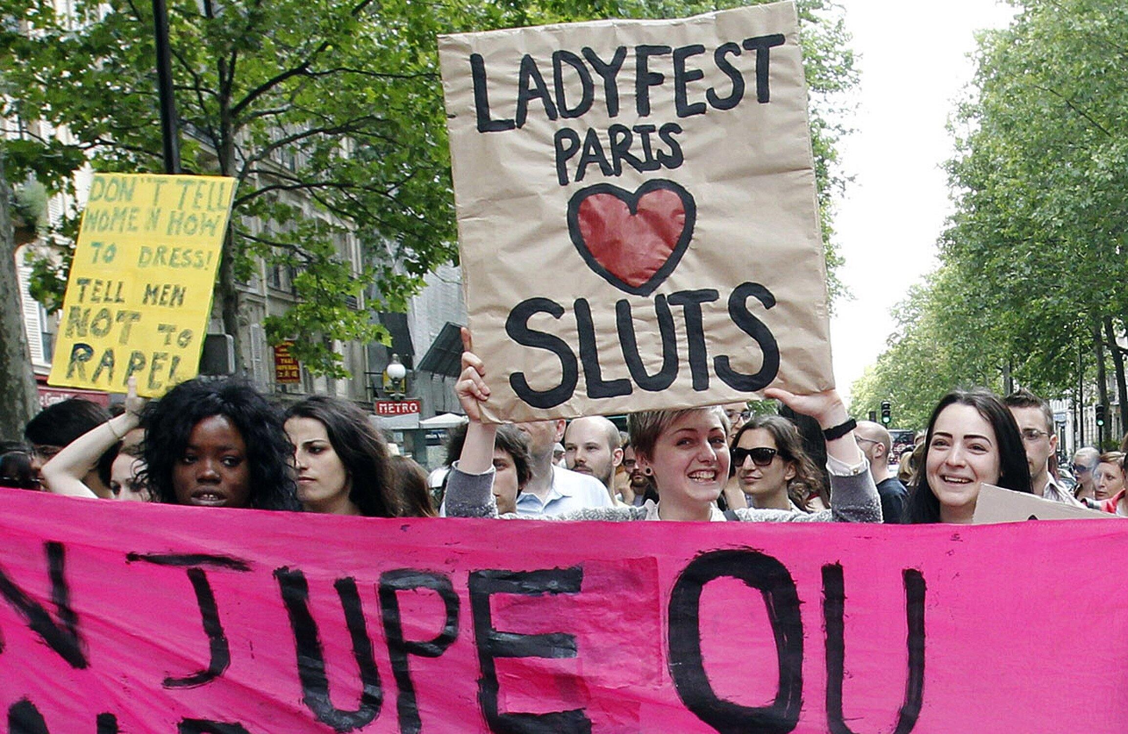 2011年5月22日,法国女性团体在巴黎组织反性别歧视,反强迫性行为和性犯罪集会游行。游行活动前一天,加拿大多伦多一名警员声称,女性如果不想遭遇袭击,就不要着装不雅。