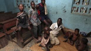 Une famille de réfugiés ivoiriens dans l'école d'un village à l'est du Liberia, le 23 mars 2011.