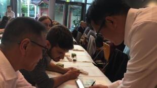 6月19日中国杭州西泠印社在巴黎中国文化中心举办篆刻体验课程