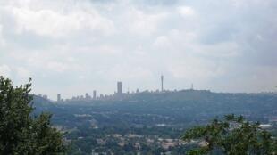 Johannesburg, en Afrique du Sud, où des milliers d'habitants sont branchés illégalement au réseau électrique.
