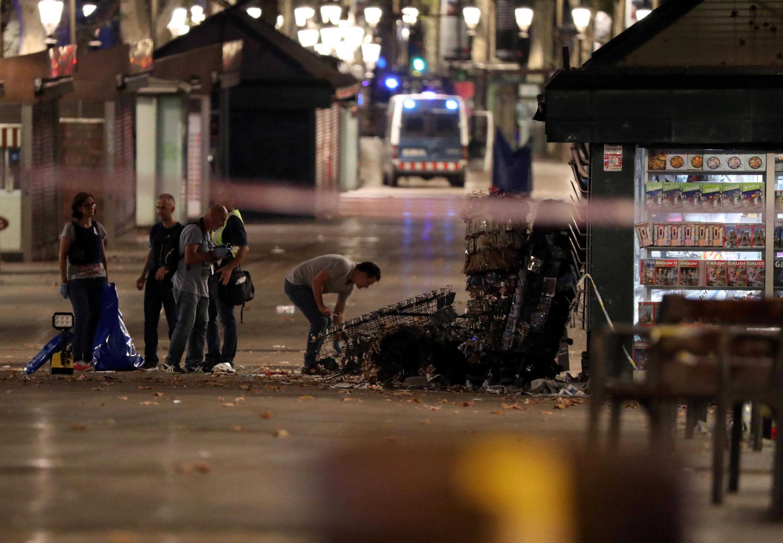 Maafisa wa polisi katika eneo la Ramblas mjini Barcelona Agosti 18, 2017, baada ya shambulio la kigaidi ambalo liliwaua watu kumi na tatu.