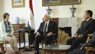 Mkuu wa sera za kigeni wa EU, Catherine Ashton akizungumza na Rais wa mpito wa Misri Adly Mansour jijini Cairo