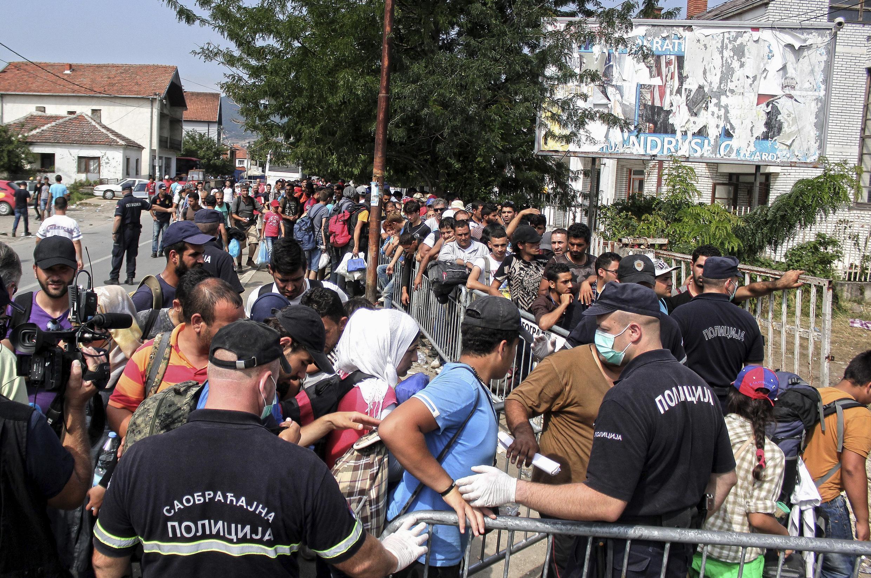 Refugiados fazem fila em um abrigo em Presevo, Sérvia 26 de agosto de 2015.