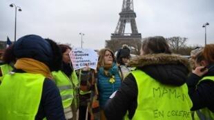 Environ 200 femmes se revendiquant du mouvement des «gilets jaunes» ont marché dans les rues de Paris, le 20 janvier.
