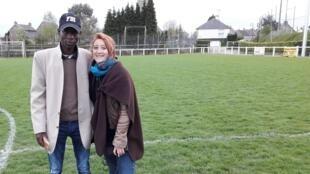 Lottfi, résident soudanais au CAO de la Chapelle-sur-Vire (Manche) et Alice Milot, reporter à RFI.