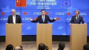 2017年中歐峰會上,中國國務院總理李克強,歐洲理事會主席圖斯克(右)、歐盟委員會主席容克(左)在記者招待會上